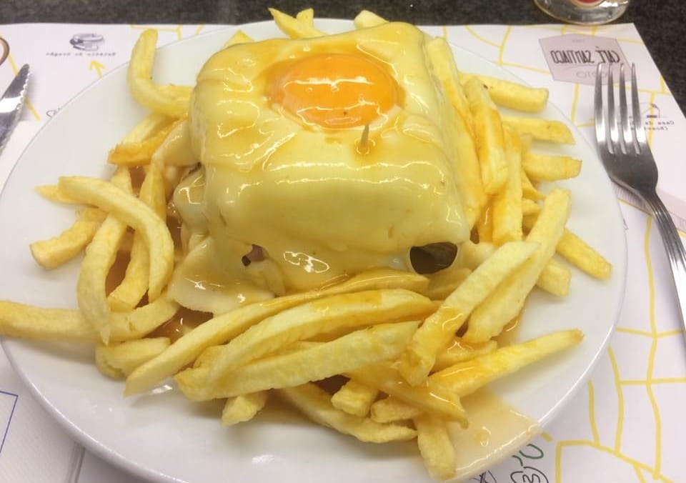 La famosa Francesinha de Oporto. El legendario sándwich.